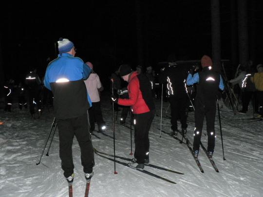 Soihtuhiihdon hiihtäjiä tulossa Kalevankankaan laavulle