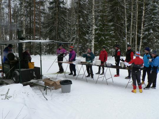 Hernekeitto maistui hiihdon ja muun ulkoliikunnan lomassa Latupirtillä Sähköisenä sunnuntaina.
